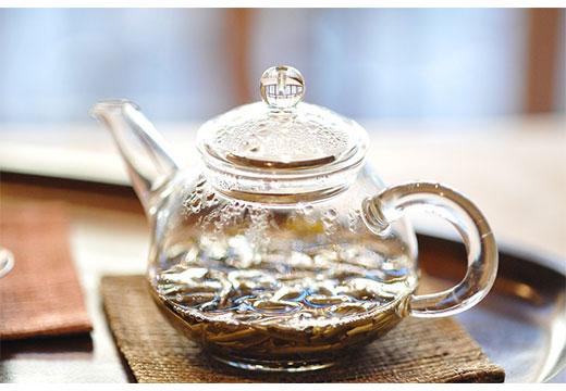 Чайник с отваром трав