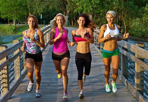 четыре женщины бегут