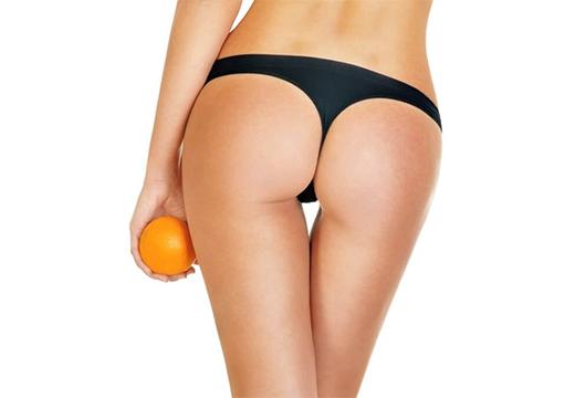 девушка держит апельсин