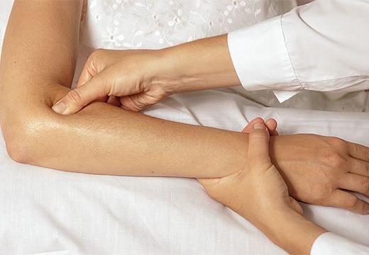 точечный массаж рук