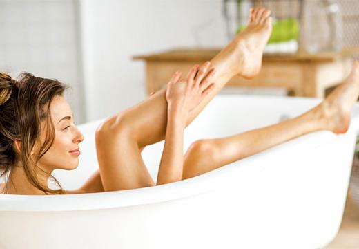 стройная девушка в ванне