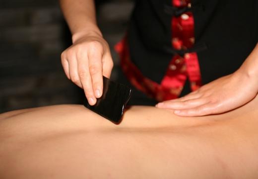 массаж спины гуаша