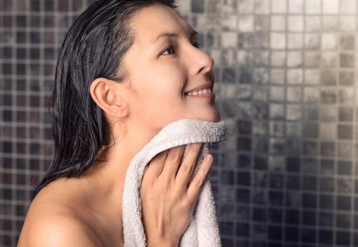 девушка вытирается полотенцем
