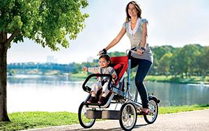 мама с ребенком на велосипеде