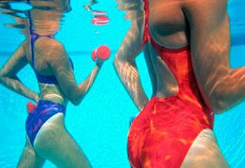тренировка с гантелями в воде