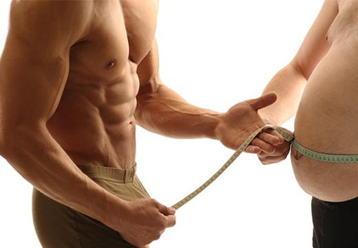 мужчины измеряют объем живота