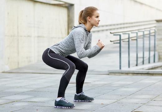 девушка упражнение приседание