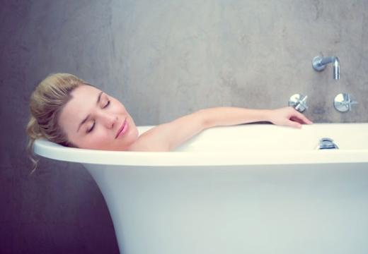 женщина принимает ванну